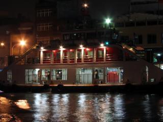 夜の川のフェリー