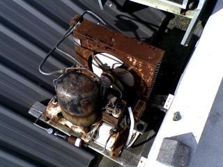 古いさびたコンプレッサー