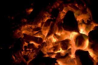 Ярко-красный горячим углям