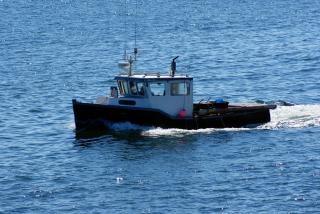Рыбацкая лодка, волны