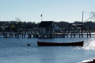 港で小型ボート