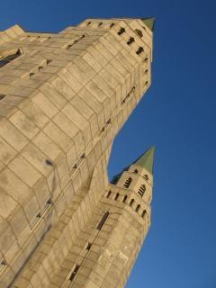 背の高い塔の壁