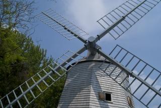 木造の古い風車