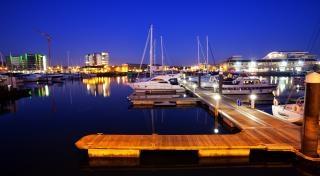 夜、港でのドック