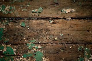 木の腐った上のザラザラ塗装