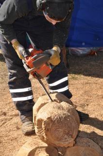 職人が鎖で木製のフクロウを作成します。