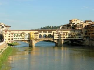 フィレンツェイタリア交差点のヴェッキオ橋