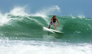 サーフィンの男