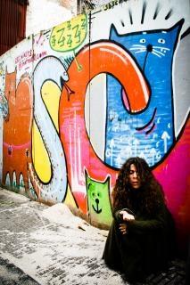 Бездомная женщина сидит