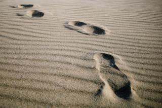 ビーチでの足跡