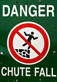 危険標識の警告が落ちる