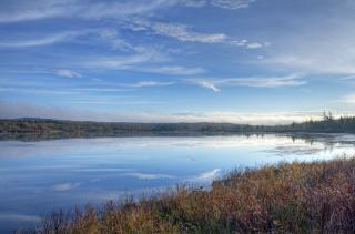 Осенью озеро, нетронутая