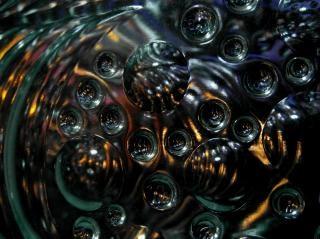 Черные абстрактные зеленом фоне пузырей