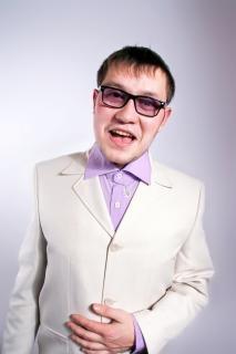 眼鏡をかけた男