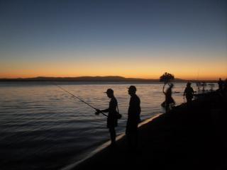 夕日と漁師