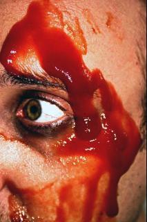 傷つける偽の血液、