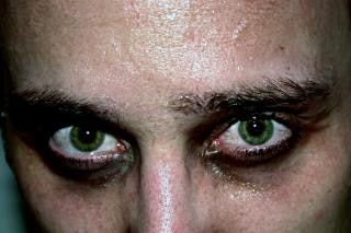 傷つける緑の目、