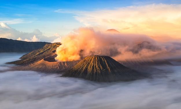 Гора бромо, действующий вулкан во время восхода солнца.