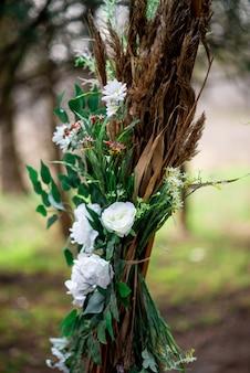白いヒナギクとフィールド耳の結婚式のアーチ