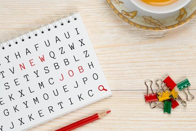 Скрепки и блокнот с буквами