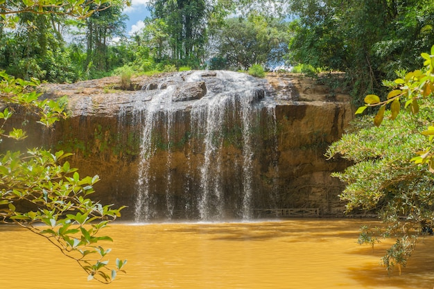 Тропический дикий лесной водопад в солнечный день