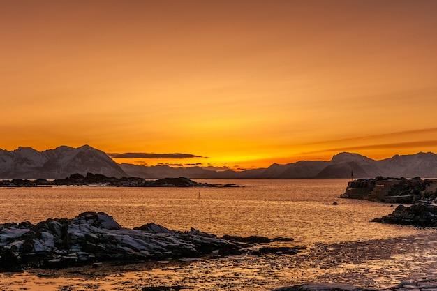 ノルウェーのロフォーテン島の素晴らしい夕日。劇的な冬の風景