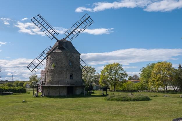 Старые каменные ветряные мельницы на острове оланд, швеция