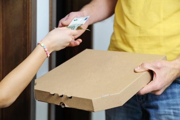 ピザを配達する人