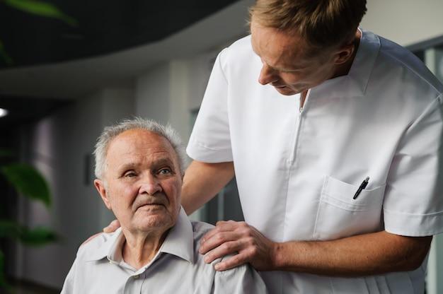 医療従事者と高齢患者
