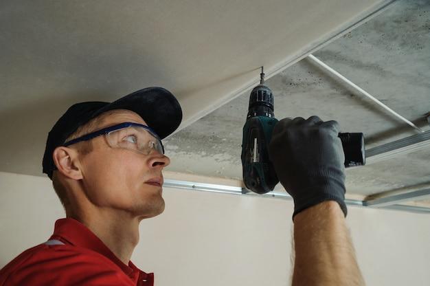 労働者は乾式壁を修正します