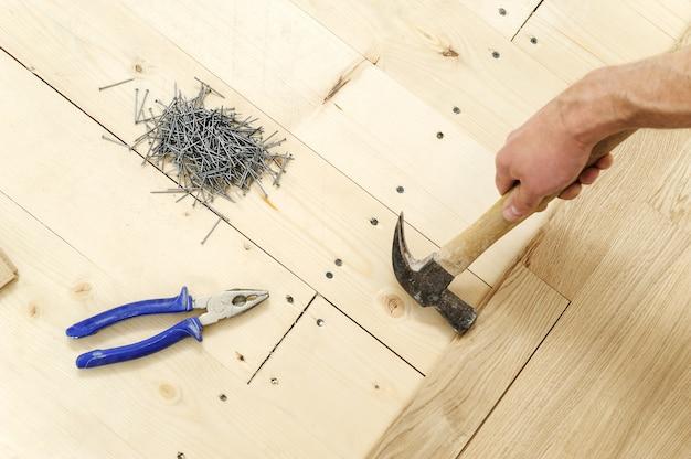 広葉樹寄木細工の床を敷設します。