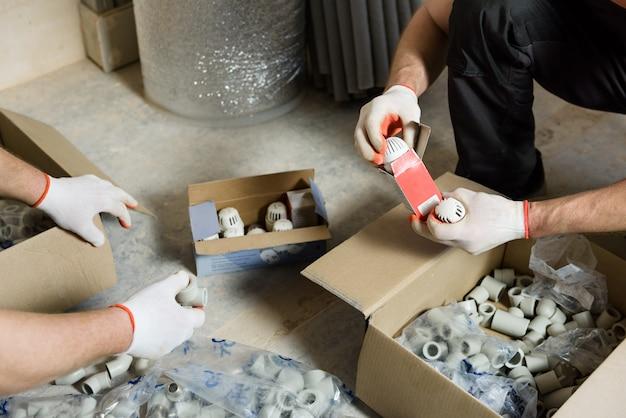 労働者はパイプ継手の完全なセットをチェックしています。