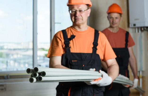 配管と家庭暖房用のプラスチックパイプ。