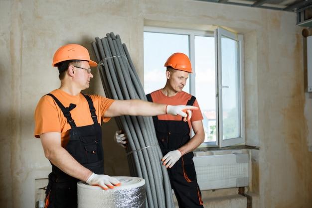 断熱材を使用した労働者。