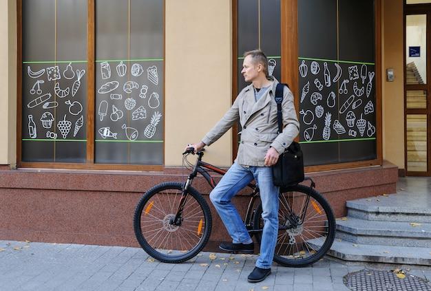 自転車を持つ男。