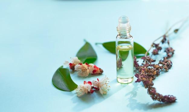 Эфирное масло лаванды. бутылка со свежими цветами лаванды. натуральная косметика и ароматерапия.