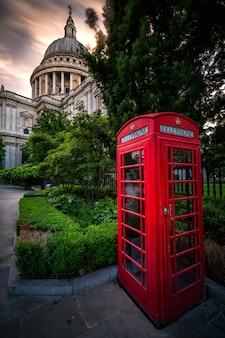セントポール大聖堂のある赤いイギリスの電話小屋