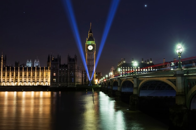 ウェストミンスター寺院とロンドンのテムズ川のビッグベン、夜に川に反射。第二次世界大戦記念碑