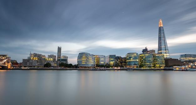 ロンドンの日没後の青い時間でカナリー・ワーフ港