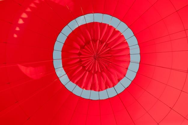 赤い熱気球の中の低角度のビュー