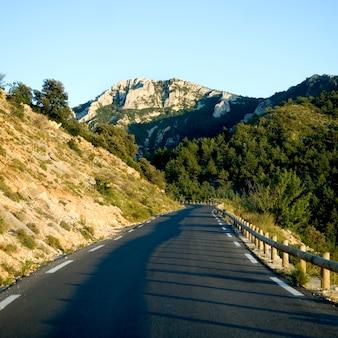 Пустая дорога на краю горы в окружении природы