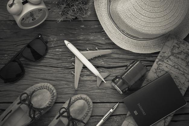 Вид сверху основные предметы для путешествий. обувь для ноутбука на дереве.