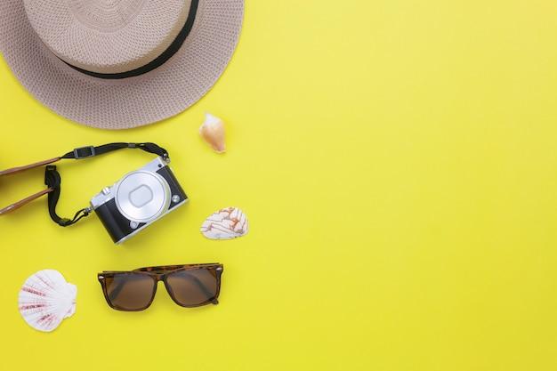 夏&衣類旅行浜辺の空中像。
