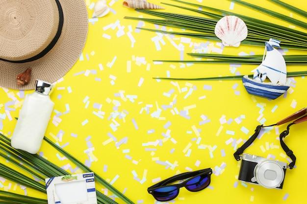 季節の背景の夏&旅行のビーチの休日のテーブルの上面図空中像。