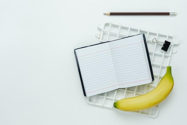 教育の季節の背景やダイエットの学校へ戻るのテーブルの上面図空中像