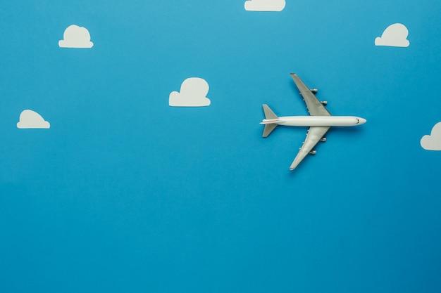 飛行機または旅行の背景コンセプトと輸送のテーブルの上面図空中像