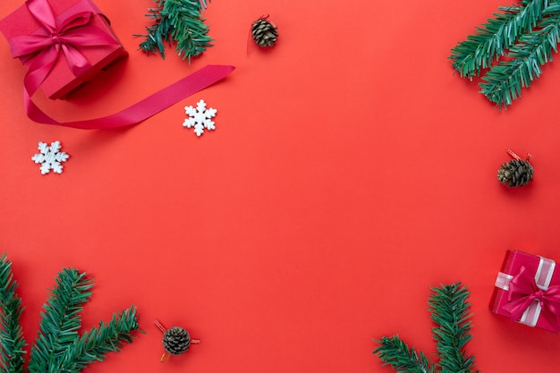 メリークリスマスの飾り&ハッピーニューイヤーオーナメントのテーブルトップビュー。