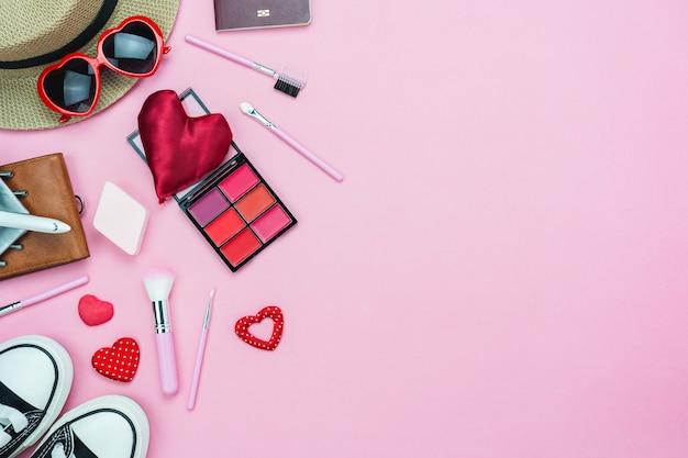バレンタインの日の装飾と女性の化粧品のテーブルトップビュー。