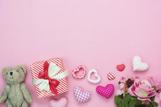 バレンタインデーの背景の装飾のテーブルトップビュー空撮。