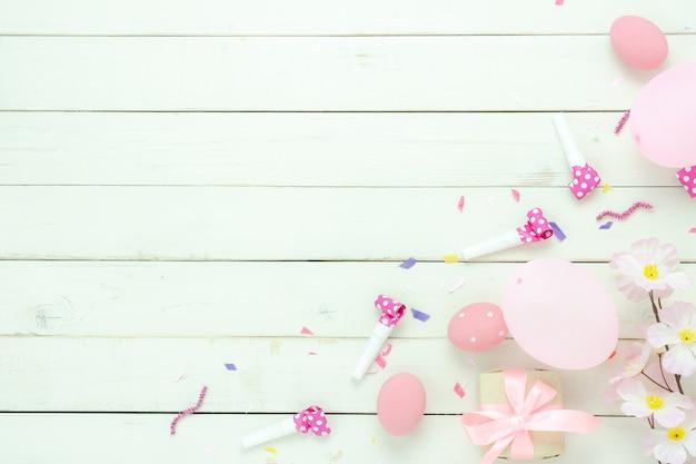 Съемка взгляда столешницы украшений счастливая предпосылка праздника пасхи.